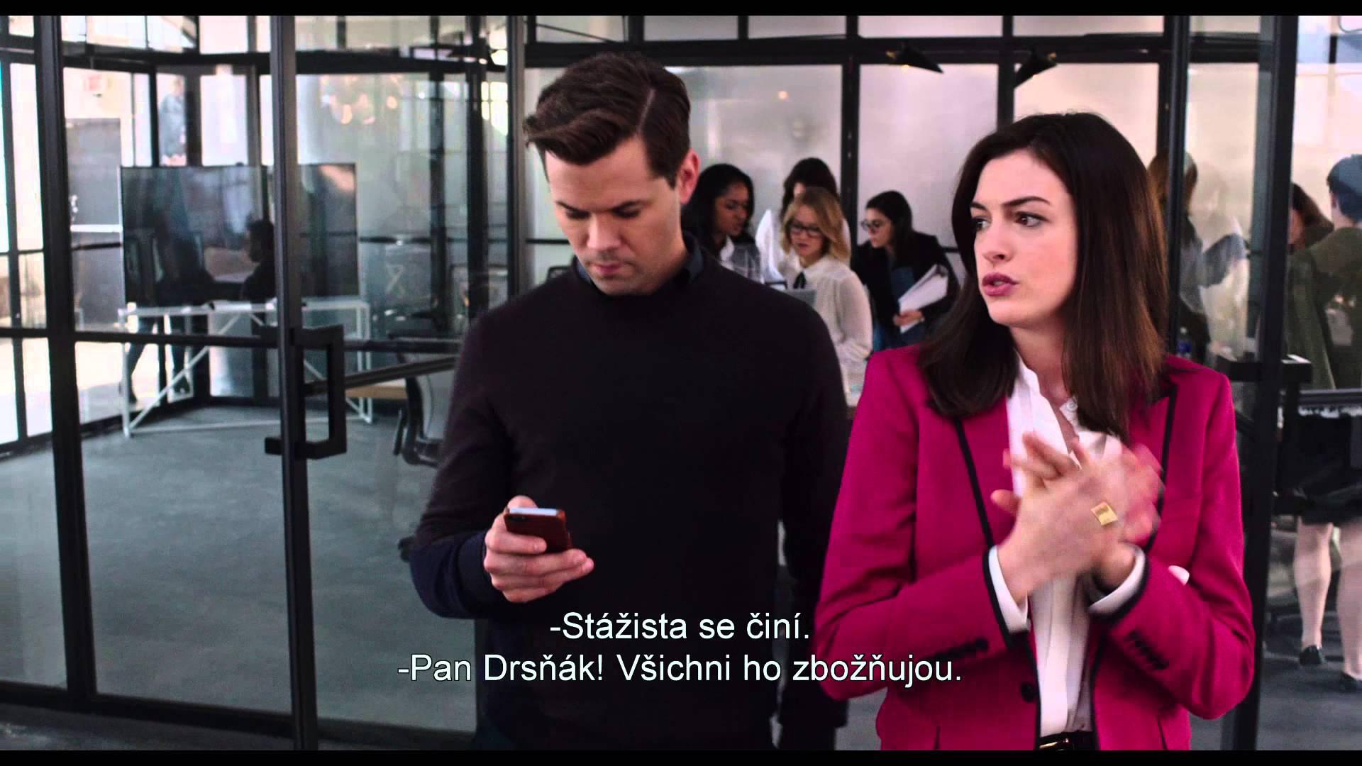 Stážista - trailer s českými titulky